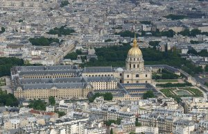 Hôtel des Invalides, Quelle: Wikipedia Commons, https://commons.wikimedia.org/wiki/File:Tour_Eiffel_Les_Invalides.JPG